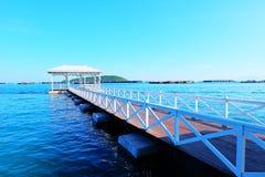 Schöne weiße Brücke auf Meer Lizenzfreie Stockbilder