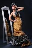 Schöne weiße Frau im Divabild Stockfoto