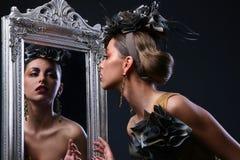 Schöne weiße Frau im Divabild Lizenzfreie Stockbilder
