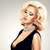 Schöne weiße Frau mit gelockter Frisur Stockfotografie