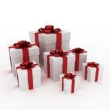 Schöne weiße Geschenkkästen mit rotem Farbband Stockbilder