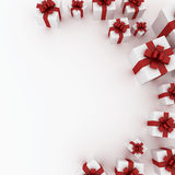 Schöne weiße Geschenkkästen mit rotem Farbband Stockfotografie