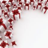 Schöne weiße Geschenkkästen mit rotem Farbband Lizenzfreie Stockfotos