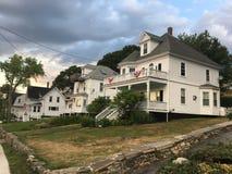 Schöne weiße Häuser in Kennebunkport, Maine Lizenzfreies Stockfoto