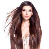 Schöne weiße hübsche Frau mit dem langen geraden Haar Lizenzfreie Stockfotos