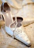 Schöne weiße Hochzeitsluxuxschuhe Stockfotos