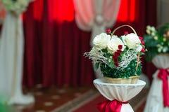 Schöne weiße künstliche Hochzeitsblumen stockfotografie