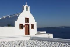 Schöne weiße Kirche in Oia, Santorini, Griechenland Stockfotos