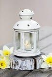 Schöne weiße Laterne mit brennender Kerze Lizenzfreies Stockfoto