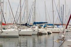 Schöne weiße moderne Yachten am Seehafen Stockbild