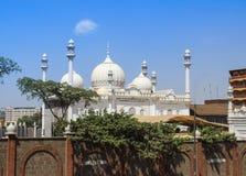 Schöne weiße Moschee mit Minaretts auf den Stadtränden von Nairobi lizenzfreies stockbild