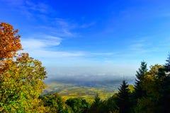 Schöne weiße nebelige Schicht über Weinbergen von Elsass, Frankreich stockbilder