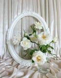 Schöne weiße Rosen, Weinleserahmen und Hintergrund des Samts Lizenzfreies Stockfoto