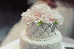 Schöne weiße und farbige Hochzeitstorte Stockfotografie