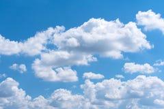 Schöne weiße Wolke mit blauem Himmel Stockfotos