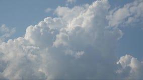 Schöne weiße Wolken, die in den Himmel sich bewegen stock footage