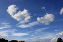 Schöne weiße Wolken gegen blauen Himmel Stockfoto