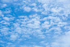 Schöne weiße Wolken im blauen Himmel Lizenzfreies Stockfoto