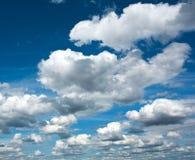 Schöne weiße Wolken im klaren blauen Himmel, Reinheit der Natur Stockfotos