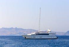 Schöne weiße Yacht auf dem Meer Stockfotografie