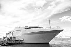Schöne weiße Yacht in Miami, USA Lizenzfreie Stockfotografie