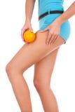 Schöne weibliche Abbildung mit einer Orange. Lizenzfreie Stockfotos