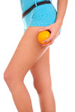 Schöne weibliche Abbildung mit einer Orange. Lizenzfreies Stockfoto