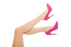 Schöne weibliche Beine in den hohen Absätzen auf weißem Hintergrund Lizenzfreies Stockbild