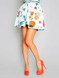 Schöne weibliche Beine in den roten Fersen Stockbild