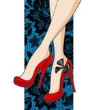 Schöne weibliche Beine in den Schuhen auf einem Spitze-Hintergrund Stockfoto