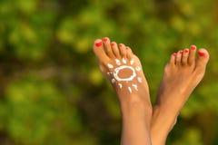Schöne weibliche Beine im tropischen Strand Stockbilder