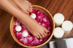Schöne weibliche Füße am Badekurortsalon auf Pediküreverfahren Stockbild