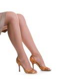 Schöne weibliche Fahrwerkbeine in den Schuhen stockfoto