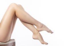 Schöne weibliche Fahrwerkbeine nach Enthaarung Gesundheitswesen, Fußpflege, rutine Behandlung Badekurort und epilation Stockbilder