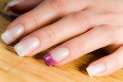 Schöne weibliche Fingernägel Lizenzfreie Stockfotografie