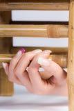 Schöne weibliche Fingernägel Lizenzfreies Stockbild