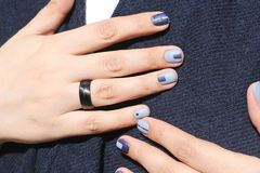 Schöne weibliche Hände mit außerordentlicher Maniküre Kreatives Nageldesign im Blau Ultra stilvolle Farben des Nagellacks stockbilder