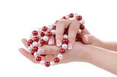 Schöne weibliche Hände mit Halskette Stockbild