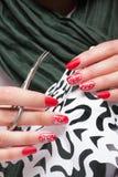 Schöne weibliche Hände mit rotem Nagel Lizenzfreies Stockbild