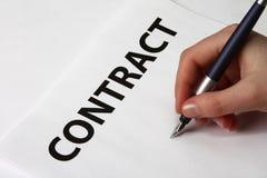 Schöne weibliche Hand, die einen Vertrag unterzeichnet Lizenzfreies Stockbild