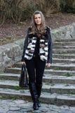 Schöne weibliche Mode-Modell-Stellung Lizenzfreie Stockfotos