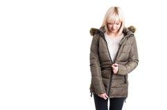 Schöne weibliche Reißverschluss zumachende warme Jacke des Winters Stockfoto