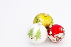 Schöne Weihnachtsbälle auf weißem Hintergrund Stockfotos