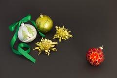 Schöne Weihnachtsbälle mit grünem Band Stockbilder