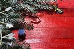 Schöne Weihnachtsdekoration auf roten Brettern lizenzfreie stockbilder