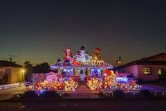Schöne Weihnachtsdekoration des im amerikanischen Stil Hauses lizenzfreie stockfotos