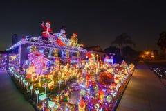 Schöne Weihnachtsdekoration des im amerikanischen Stil Hauses stockbild