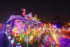 Schöne Weihnachtsdekoration des im amerikanischen Stil Hauses lizenzfreies stockfoto