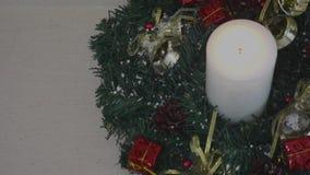 Schöne Weihnachtsdekorationen mit brennender Kerze stock video footage
