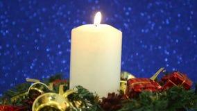 Schöne Weihnachtsdekorationen mit brennender Kerze stock footage